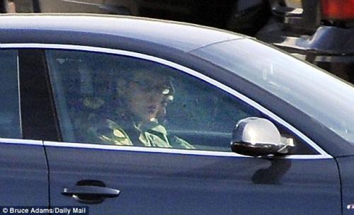 戴墨镜的威廉王子当天驾驶着一辆奥迪。