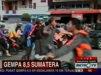 印尼民众紧急撤退(视频截图)