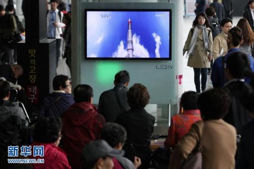 """4月13日,韩国大众在首尔寓目韩国媒体关于朝鲜发射卫星的电视报导。据朝鲜地方通讯社13日报导,朝鲜于当天7时38分55秒(北京时间6时38分55秒)从安然北道铁山郡的西海卫星发射场发射了首颗应用卫星""""光明星3号"""",但这颗地球观测卫星不进入预定轨道。新华网发(朴真熙摄)"""