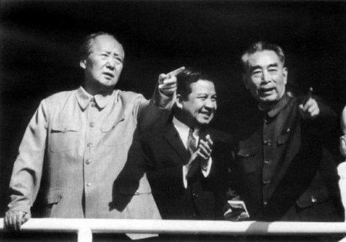 1970年5月,毛泽东(左)、周恩来(右)与西哈努克亲王(中)在天安门城楼。