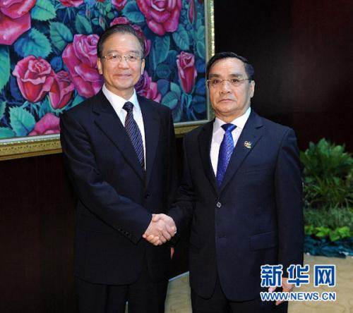 11月5日,中国国务院总理温家宝在万象与老挝总理通辛进行谈判。记者 李涛 摄