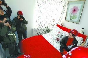 中外记者上午体验北京公租房。记者 刘平 摄