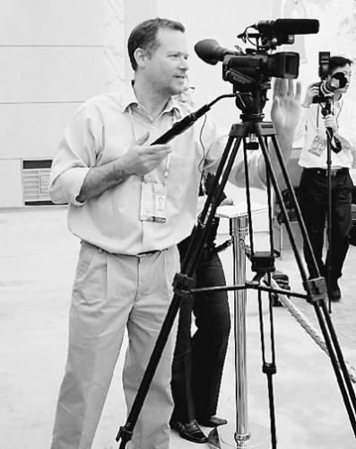 本国记者采访十八大。本报记者 孟祥麟摄