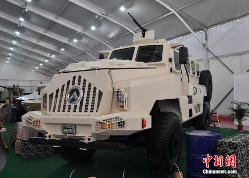 珠海航展展现 的CS/VP3型4X4轮式防地雷反伏击车。陈海峰 摄