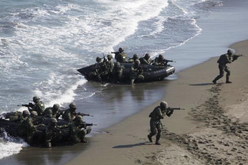 台军精锐部队训练两栖攻打作战(组图)