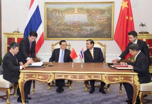 12月19日,国务院总理李克强在曼谷会面泰国总理巴育。这是会面后,两国总理配合见证《中泰铁路配合体谅 备忘录》和《中泰农产品商业配合体谅 备忘录》的签定。记者黄敬文摄