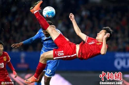 """国足处于劣势,但至少还有希望。面对世界杯的梦想,中国男足会完成一记""""倒挂金钩""""吗?吴志钊 摄 图片来源:视觉中国"""