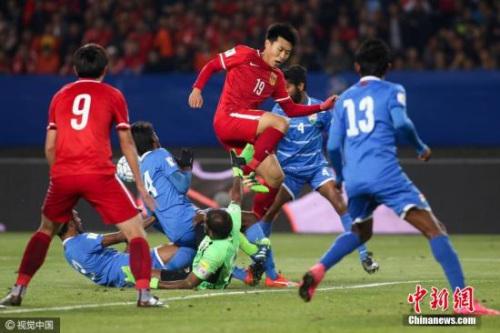 3月24日晚,在2018世界杯亚洲区预选赛中,凭借杨旭的进球和姜宁的帽子戏法,中国队以4-0击败马尔代夫。29日,国足将在最后一轮中对阵卡塔尔。图为姜宁带球射门。吴志钊 摄 图片来源:视觉中国
