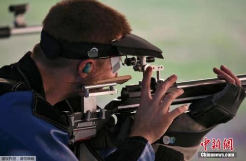 当地时光8月14日,里约奥运会良人步枪三姿资格赛,美国射击名将埃蒙斯打出1169环,排在20多名,爆冷无缘决赛。
