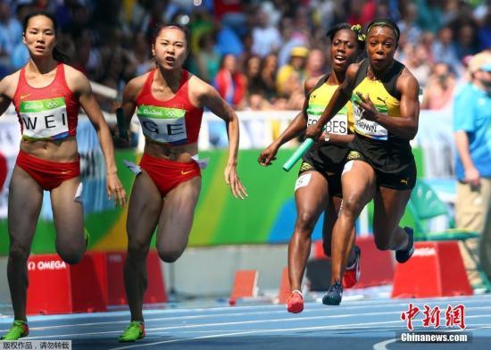 当地时间8月18日,2016里约奥运会男子4X100米初赛 的重赛中,美国队径自实现了竞赛,成就为41秒77逾越中国队。如许,中国队无缘该项目决赛。图为在上午的男子4x100米竞赛中,中国接力队(左)在竞赛现场。