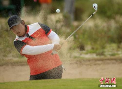 当地时间8月20日,里约奥运会男子高尔夫球赛事结束了最后18洞的抢夺。经由四轮较劲,中国名将冯珊珊终究 以274杆,低于标准杆10杆的成就收成一枚可贵的铜牌。