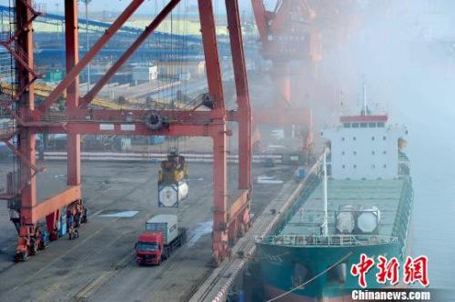 材料图:广西防城港市北部湾港口集装箱码头上等候装运的集装箱货柜。胡雁 摄