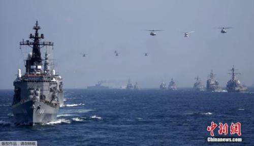 """图为日本海上自卫队""""鞍马号""""护卫舰(左前)。"""
