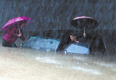 11月11日,南宁市建政东路铁道口下涵洞,一辆汽车被积水吞没。新华网发