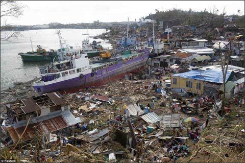 """11月10日,在菲律宾莱特岛,""""海燕""""当时,一艘汽船被冲登岸。"""