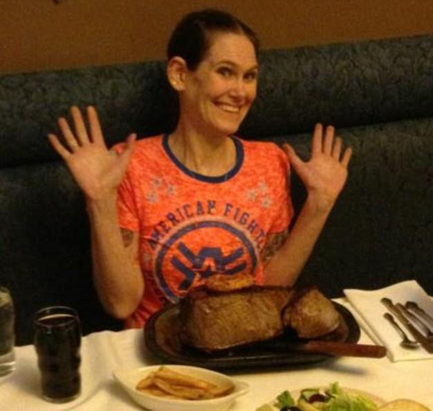 不足3分钟狂吞4斤牛排!美国女大胃王刷新世界纪录