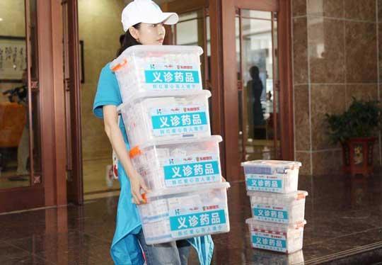 王鸥助力公益活动 耐心询问并记录患者病情