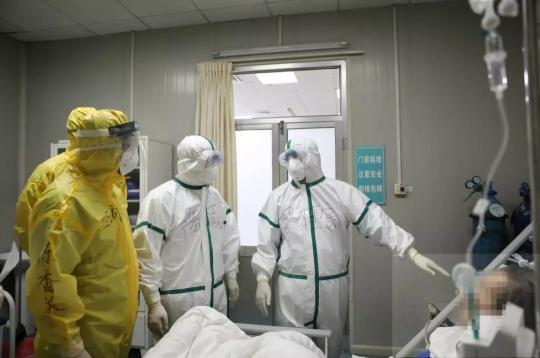 黎檀实(左四)和同事在发热门诊查房。李静轩摄