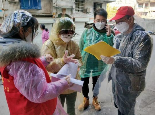 图为青田县税务局疫情防控党员志愿突击小分队与共建社区进行海外侨胞返青人员排查。