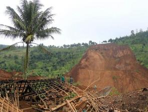 印尼矿区山体滑坡 数十人仍被困矿洞