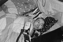 """25岁脑瘫男子瘫在床上 两根手指让人生""""站起来"""""""