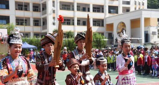 """广西小学生唱山歌吹芦笙迎壮族""""三月三"""""""