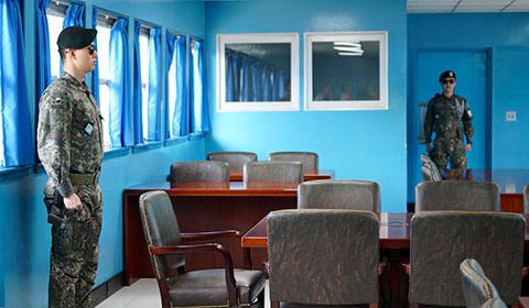 4月18日,韩国组织部分外国记者探访板门店韩方一侧的和平之家、自由之家及位于京畿道都罗山的南北出入境管理所。