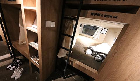"""近日,郑州,一家24小时营业、名为""""城市之光""""的书店设立了12个""""胶囊空间"""",为读者提供更为私密、舒适的阅读空间。"""