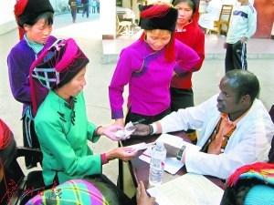 首个外籍中医博士在中国乡村行医17年免费治疗打动岳母