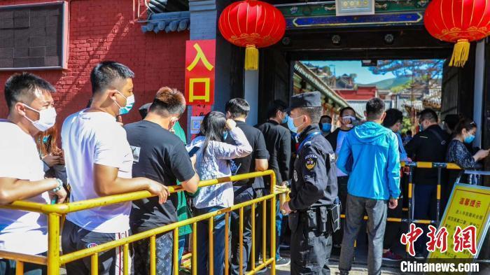 山西五台山寺院景点恢复开放首日游客排长队等候